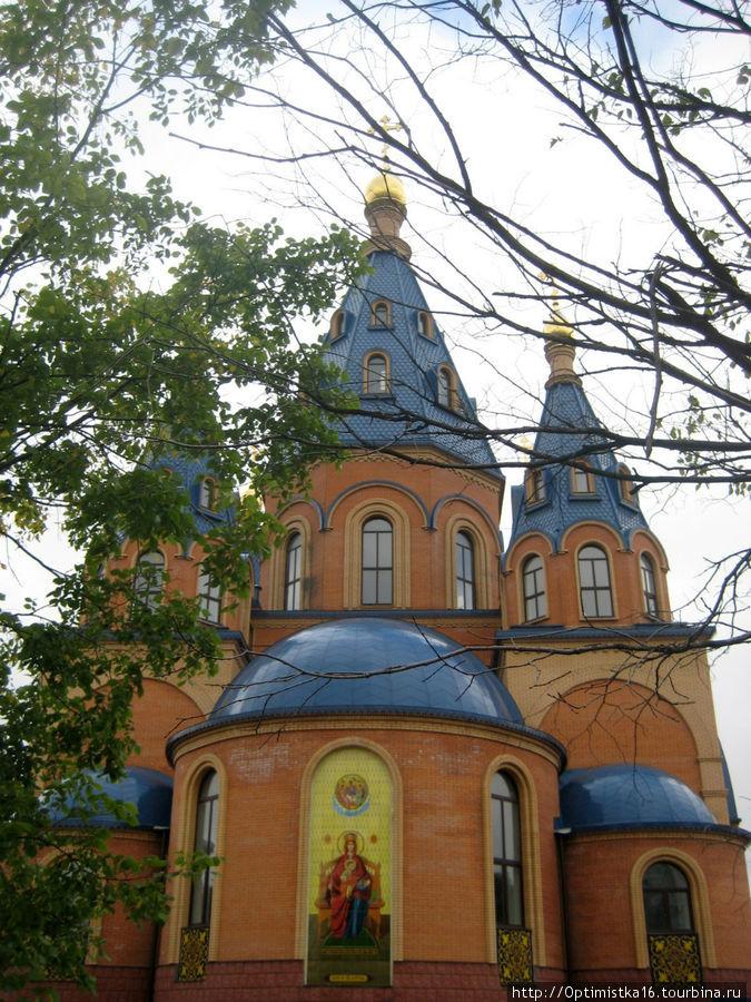 Храм в честь Державной Иконы Божьей Матери. Построен совсем недавно, уже при капитализме, когда в Бога опять разрешили верить.