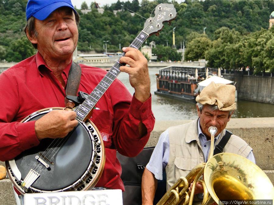 Историки американской народной музыки считают, что банджо был завезен в Америку из Западной Африки, где его предшественниками были похожие арабские инструменты. С 19 века банджо полюбили менестрели, от которых американская «балалайка» перекочевала к джазистам.