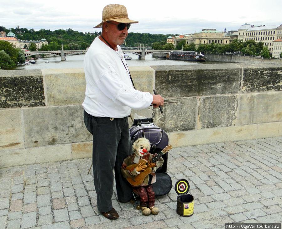 Когда нет и шарманки и певческого таланта, можно попросту управлять куклой-марионеткой под музыку