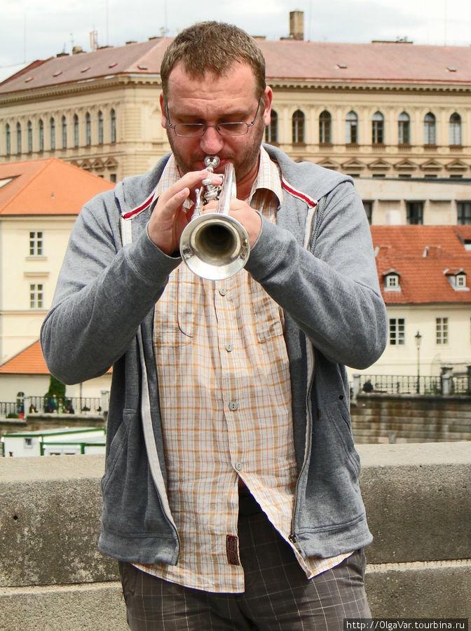 «Заезжий музыкант целуется с трубою...»