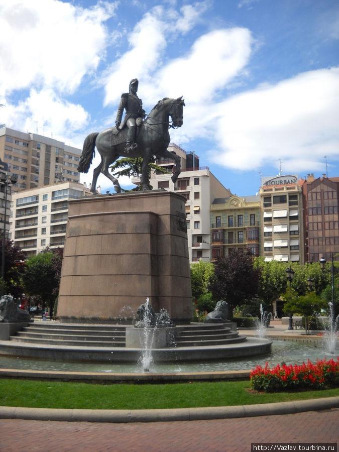 Памятник генералу в подобающем обрамлении