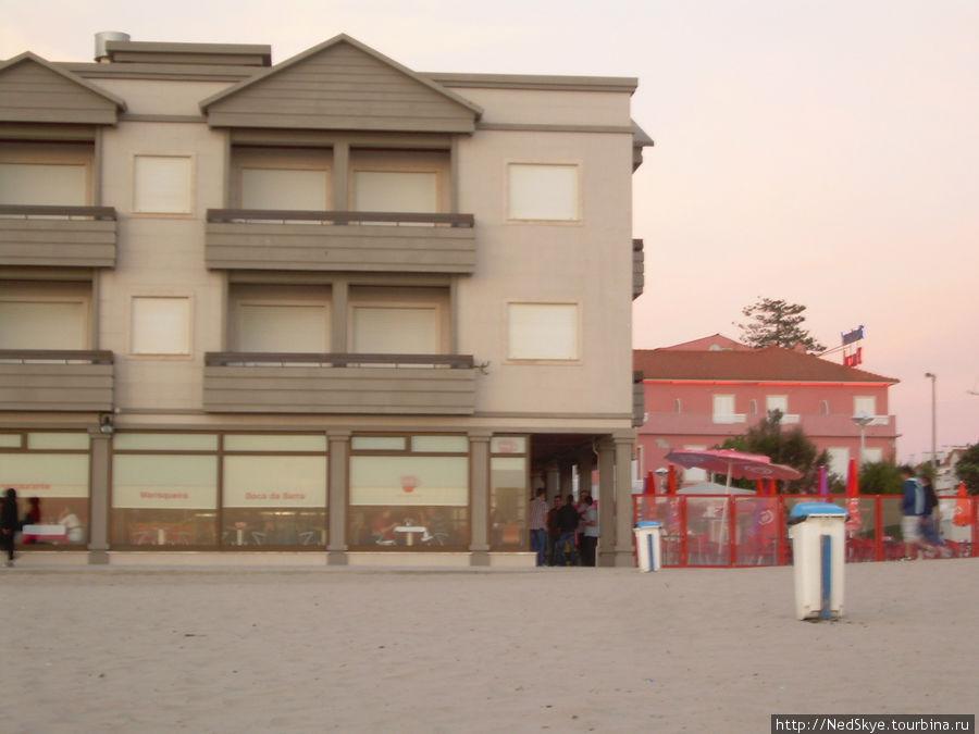 это вид на ресторан с пляжа, справа не видимый нми маяк)