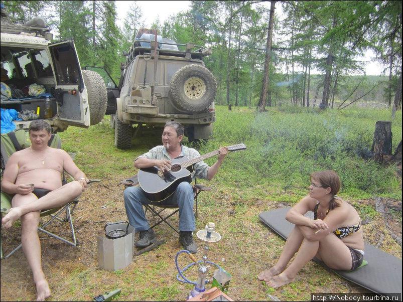 Пришлый якут поёт песни. По бокам от него — Лёха и Регина.