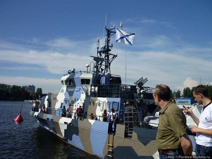 Это (как нам объяснили) корабль для ловли морских диверсантов
