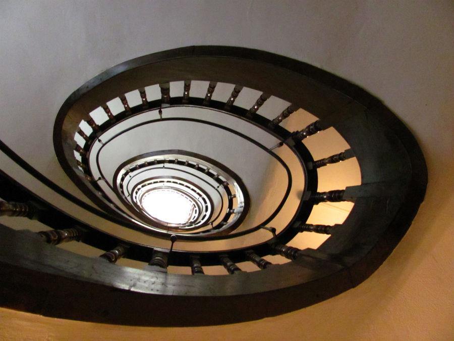 такая вот лестница наверх. есть лифт, но мы жили на 2-м этаже и лифтом не пользовались.