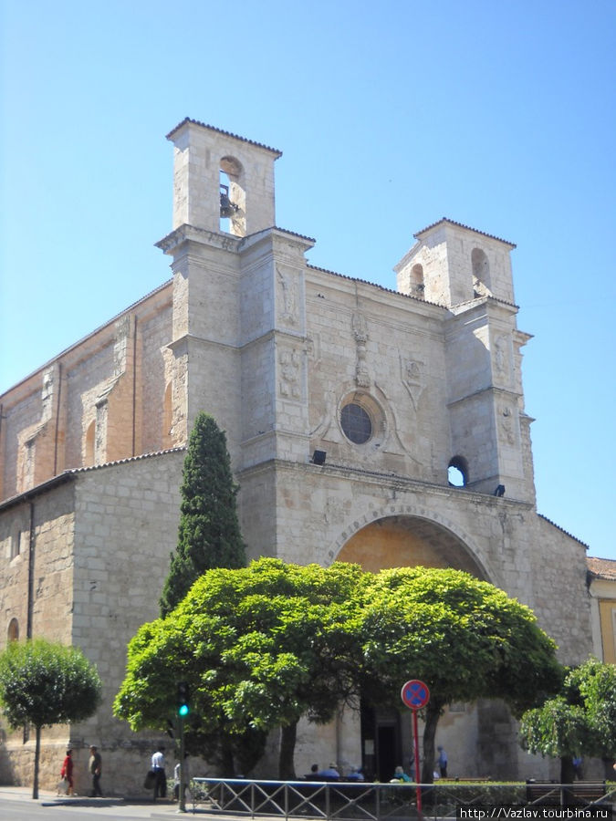 Вид на фасад церкви
