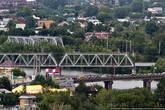 Мостов, конечно же, не хватает, и они часто собирают автомобилистов в устойчивые объединения под названием