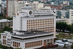 Один местный банкир построил огромную гостиницу, но почему-то никак не может ее сдать в эксплуатацию.