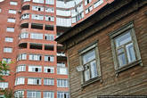 На месте старых деревянных домов вырастают кирпичные многоэтажки.