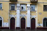 Хотя есть в городе и хорошие, добротые, сталинские дома. Многие из них действительно красивые. Их сносить не нужно, но привести в порядок — необходимо.