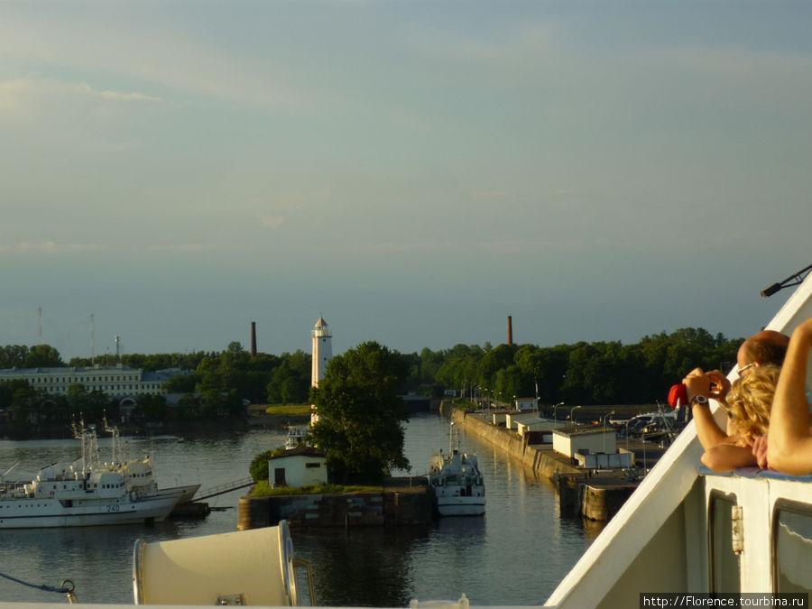 По этому каналу корабли проходят в доки