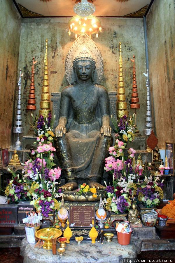 Будда на алтаре, Ват На П