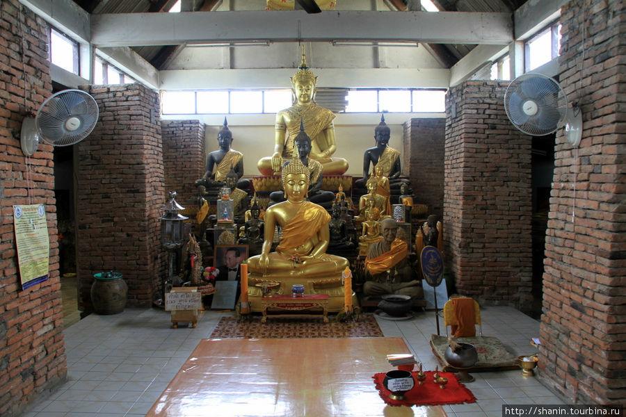 Будда в храме,  Ват Пхутх