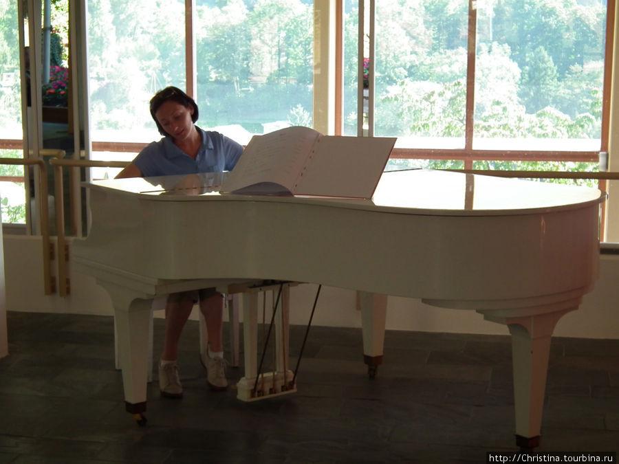 В холле стоит рояль :)) БЕЛЫЙ!!! Моя мечта :((( несбыточная