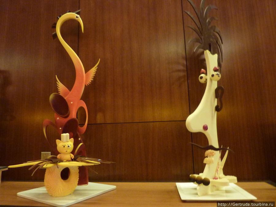 А это фигурки , сделанные из шоколада — выставлены в холле, и никто их не испортил...