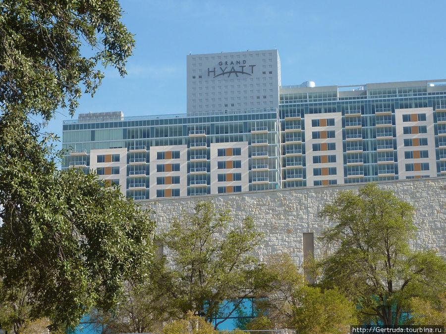 Вид на отель с шоссе  №37