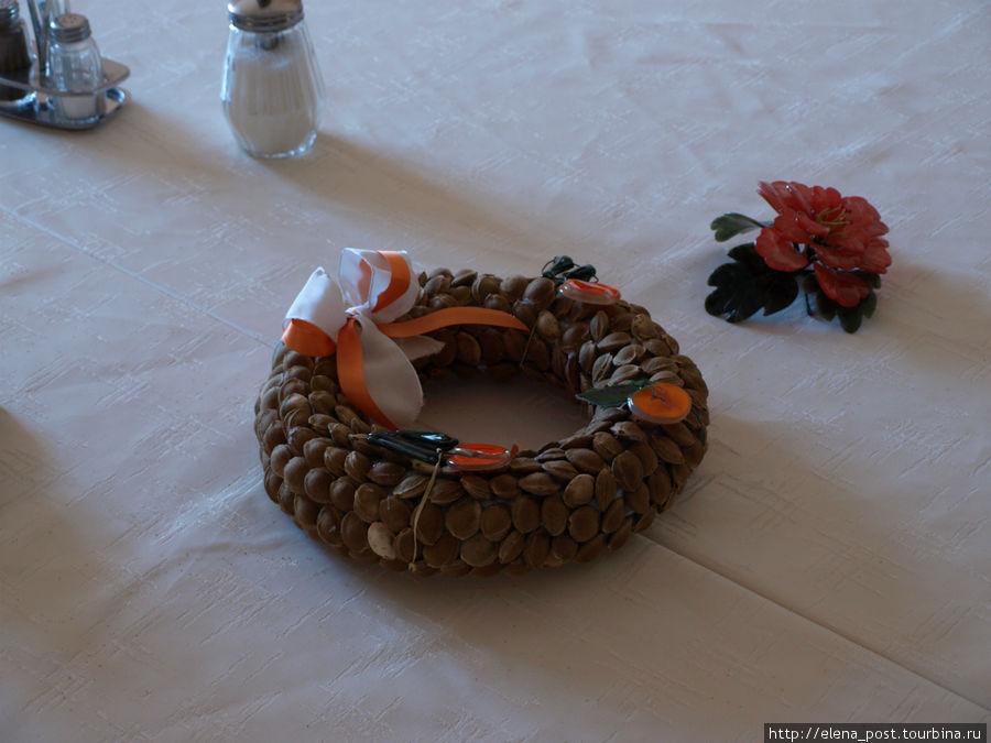 Регион специализируется на выращивании и переработке абрикос. Декор, выполненный из абрикосовых косточек.