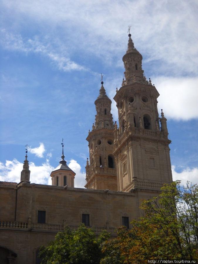 Вид на колокольни собора