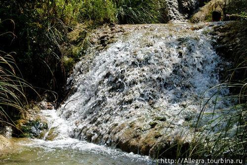 Вода как бриллианты сверкает на камнях..