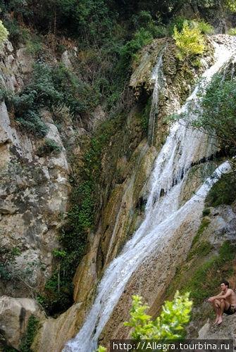 Конечно, не Ниагарский водопад, но, тем не менее, со стороны совсем незаметное чудо..пока в ущелье не спустишься..