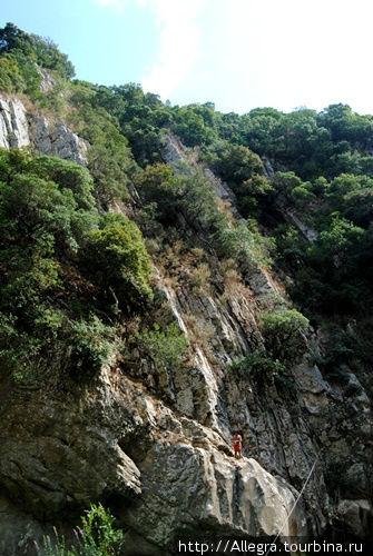 С этих скал есть желающие попрыгать.. залазят и намного выше... вокруг полно зрителей..