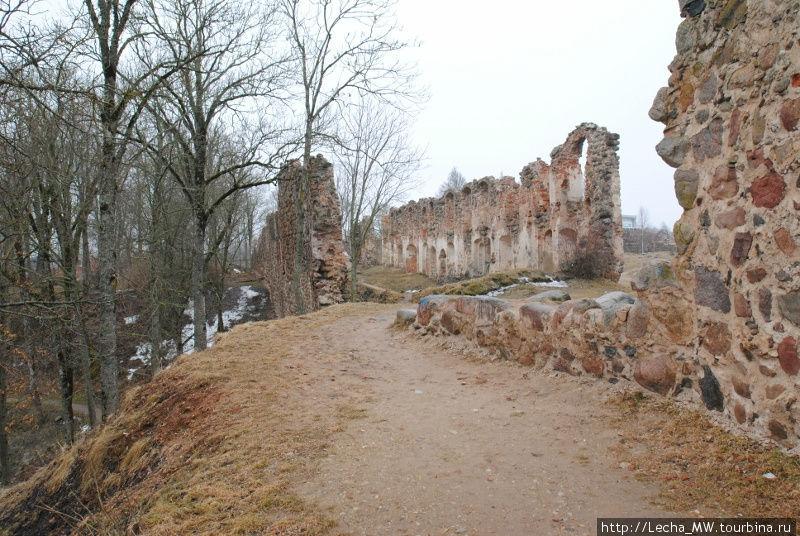 Развалины жилого корпуса в предзамке