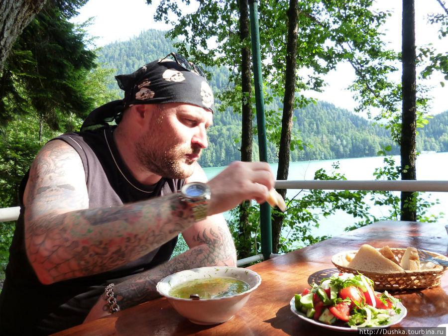 Обед на Сталинской даче на озере Рицца. Очень вкусная уха.2011г.