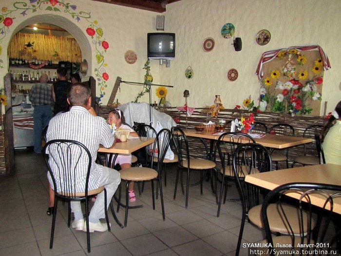 Интерьер кафе выполнен в украинском стиле.  Львов, Украина.