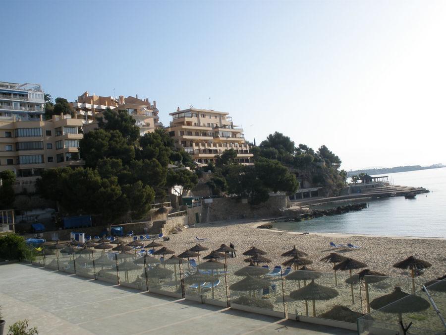 пляж в бухте неподалеку от отеля