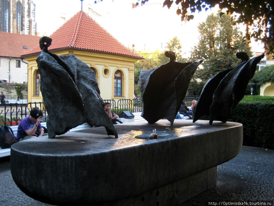 Павильон в центре Францисканского сада