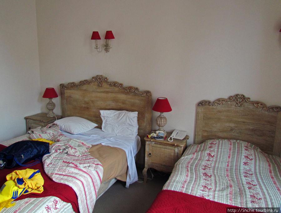 В комнатах старая мебель, тоже как будто выбелена перекисью водорода, в тон обстановке — все здорово, как хотели...