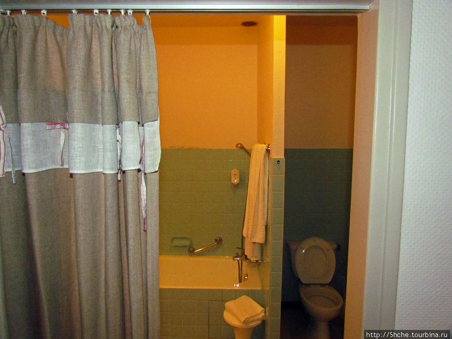 И тут сюрприз. Санузел не только совмещенный, это дело обычное, но на входе нет двери. Из номера только шторка, как в душе. Витя сказал, что это круто, как действительно в старину, но... каждый ведет себя в туалете по-разному, а тут приходиться контролировать звуки, не один же в номере...