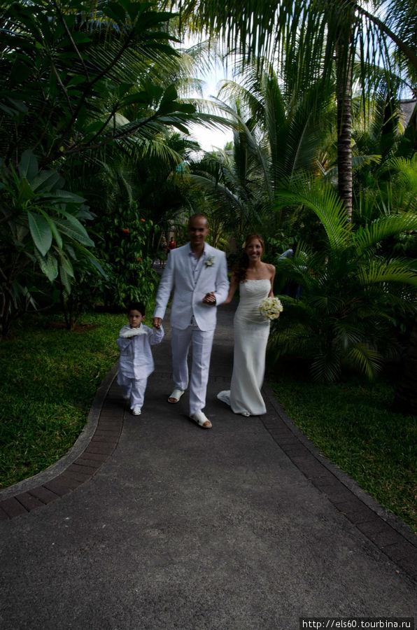 Свадьбы — очень часто проводят на территории отеля, правда как то скромно.. не по-нашему..