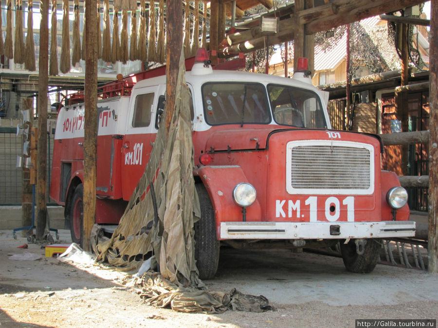 В зоо уголке своя пожарная машина.