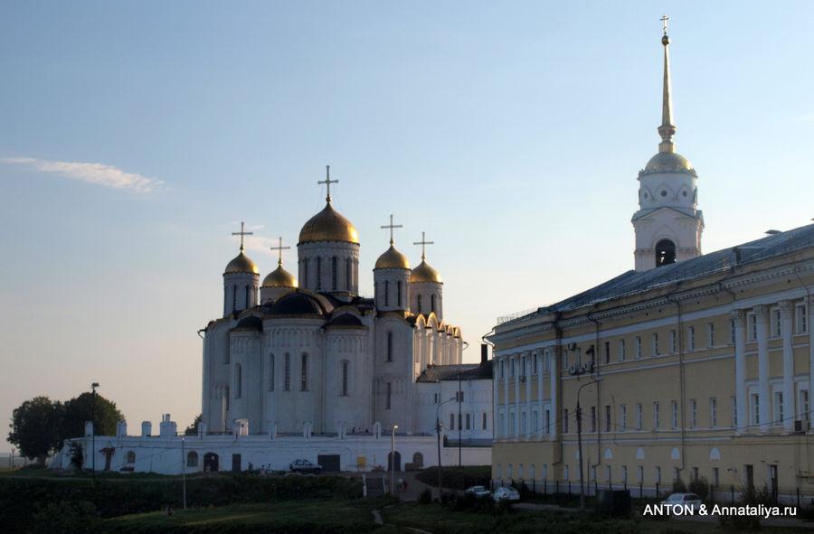 Вид на Успенский собор от Дмитровского собора.