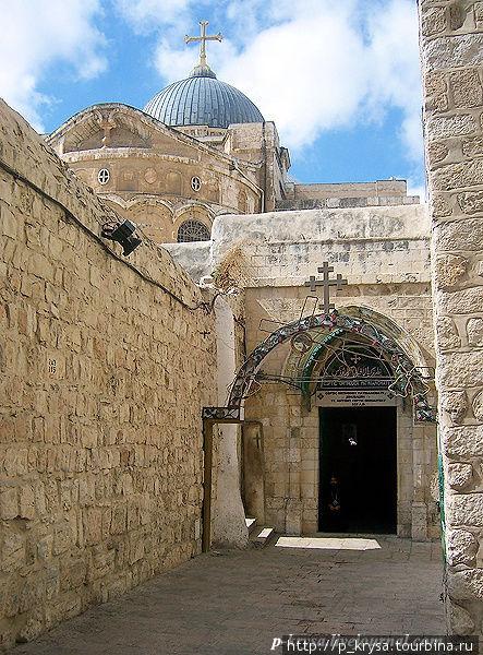 Справа от арки вход в церковь