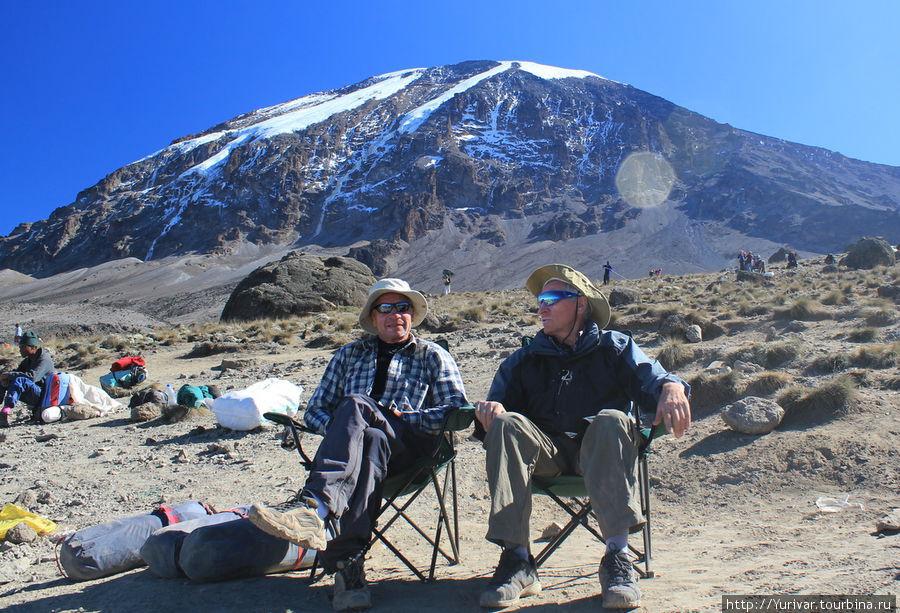 На вершине Килиманджаро уже совсем мало ледников. В полночь будет выход на штурм этой вершины!