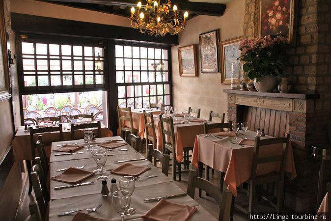 Фото с сайта отеля-ресторана, так как наш фотоаппарат не смог сфокусироваться в этом зале.