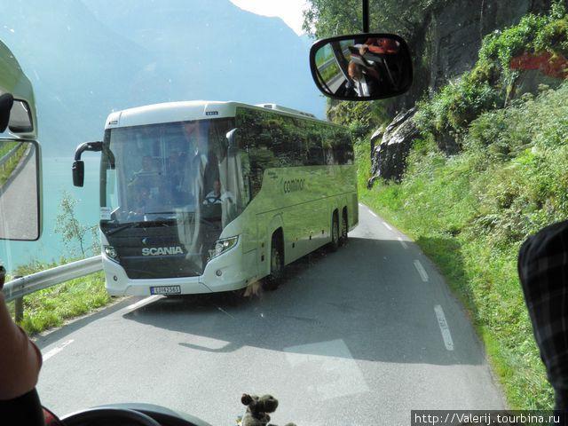 Автобусы едва разъезжаются на узких дорогах