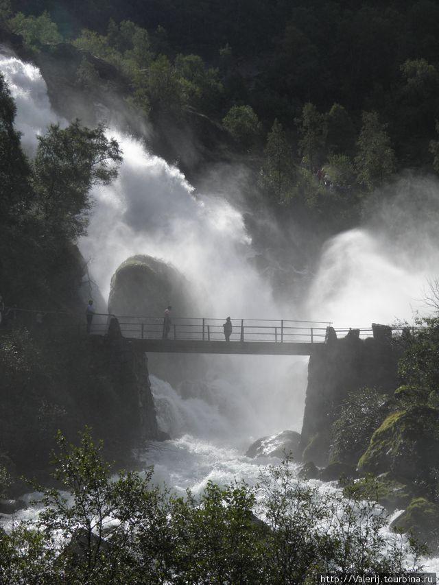 Дорога проходит таким образом, что, если ты хочешь добраться к водопаду нужно пройти по мостику сквозь водяное облако от водопада.