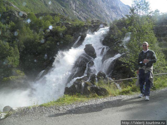 На фоне водопада