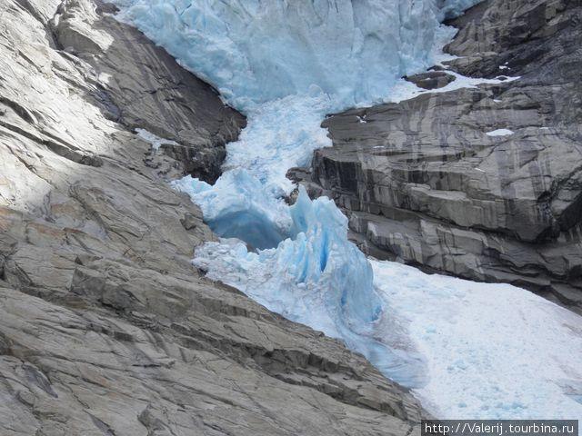 Языки и весь ледник — синего цвета.