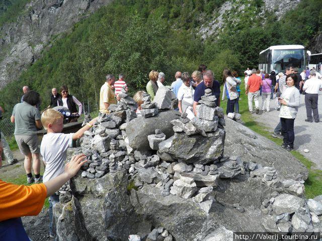 Турист — оставит после себя пирамидку из камней — верный признак, что он сюда вернется.