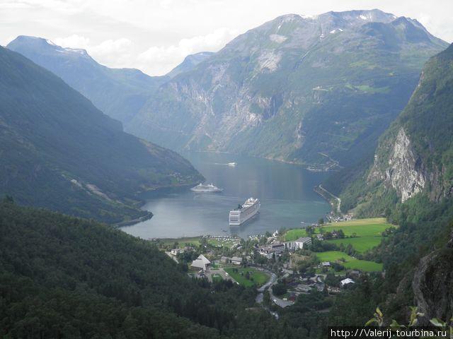 Вид на Гейрангер фьорд с верхней точки дороги троллей