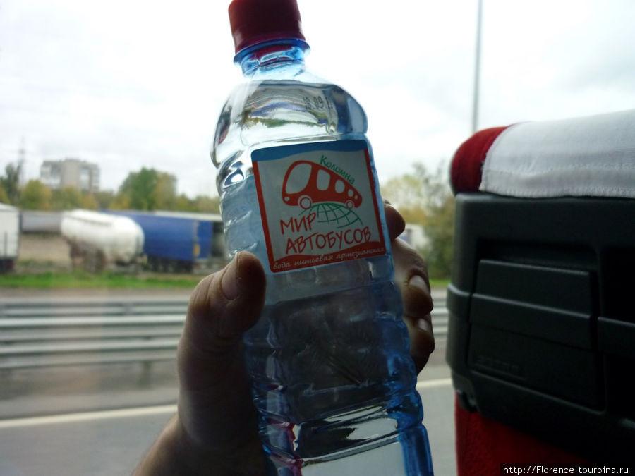 В фирменном автобусе пьем фирменную воду