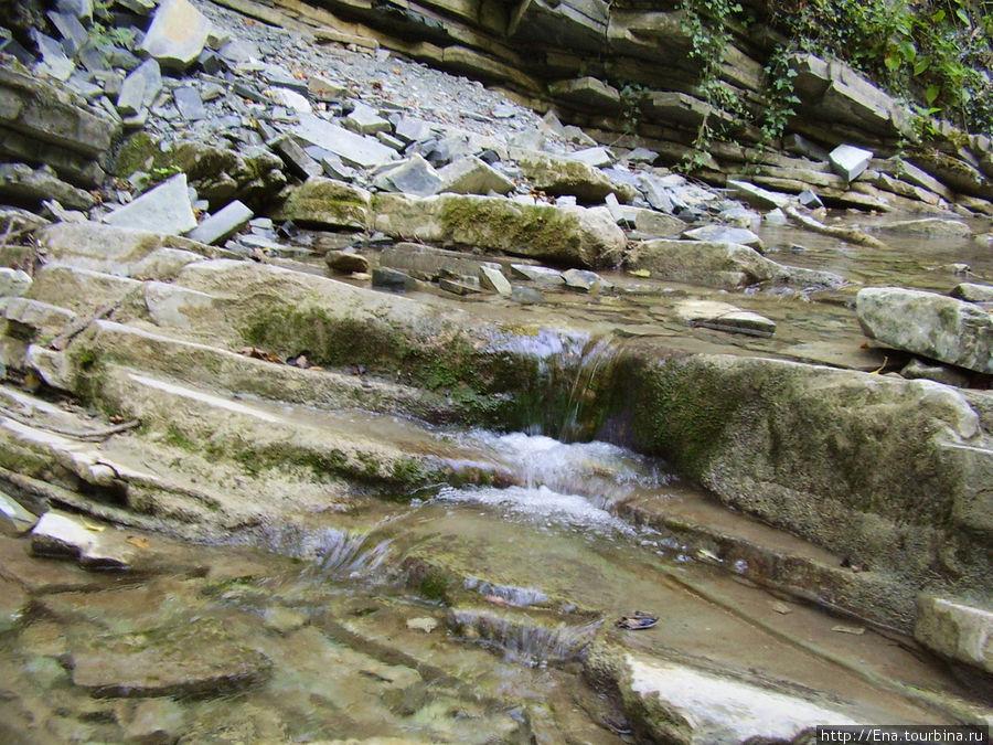 Экскурсия на Пшадские водопады. По таким горным порогам с бегущими ручьями мы шли к водопадам