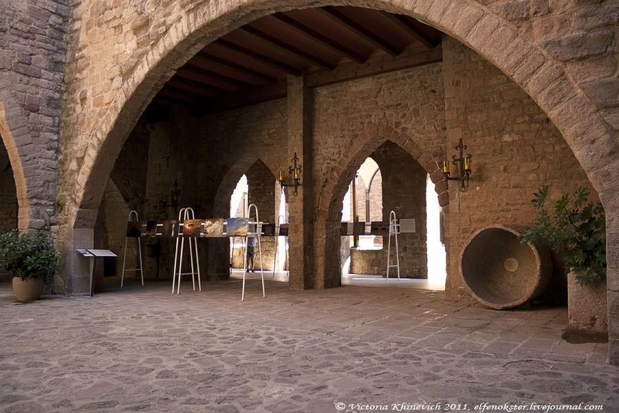 Во внутреннем дворике выставка местных художников. В основном — окрестные пейзажи и несколько видов Монтсеррат.
