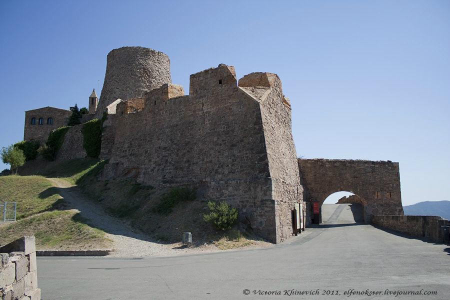 Круглая башня раньше была 2 раза выше, сейчас она 12,5 метров. Виды городка именно с нее сняты. А разобрали башню в 1794-1810, чтобы не служила прицелом для артилерии.