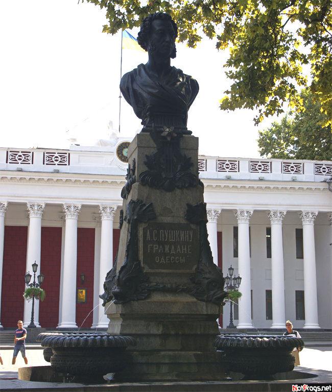 Памятник Пушкину в начале Приморского бульвара