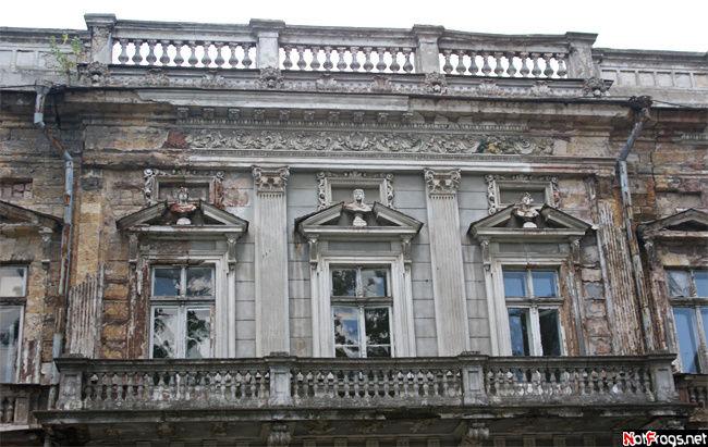 Разваливающееся (но красивое!) здание...